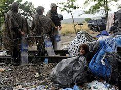 Imigrantes entram na Macedônia após dias de bloqueio na fronteira http://glo.bo/1NCItau #G1