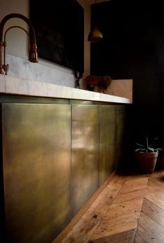 Brass Interiors Kitchens use aged and antiqued brass coatings to transform a kitchen. Spashbacks, panels, door fronts and drawers can all be finished in brass Diy Interior Doors, Kitchen Interior, Kitchen Decor, Interior Ideas, Basement Kitchen, Brass Kitchen, Kitchen And Bath, Kitchen Industrial, Industrial Design