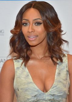 keri-hilson-beauty-HM-conscious-exclusive-v-neck-box-pleat-abstract-print-dress