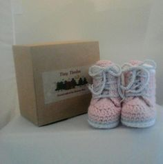 Hand Crochet, Crochet Baby, Baby Booties, Baby Shoes, Grey Trim, How To Make Notes, Casual Boots, Warm And Cozy, Timberland Boots