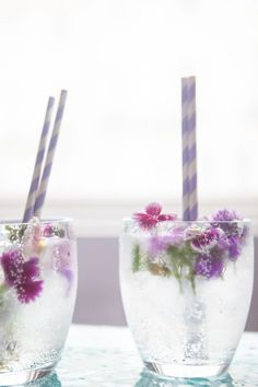 Want a spring cocktail (or mocktail) that feels special, but is easy to make? Garnish it with gorgeous edible flowers like with this Prosecco, gin & elderflower cocktail at The Natural Wedding Company blog