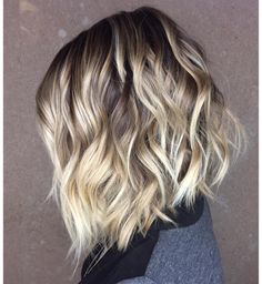 Blonde-Bob-with-Dark-Brown-Roots Best Short Wavy Hair Ideas in 2019 - Frauen Haar Modelle Brown Hair Shades, Brown Blonde Hair, Blonde Bobs, Light Brown Hair, Brown Hair Colors, Dark Brown, Short Wavy Hair, Short Blonde, Wavey Hair