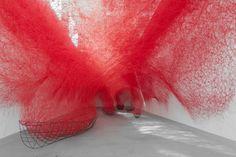 Connue pour ses installations envahissantes faites de fil rouge ou noir, l'artiste japonaise Chiharu Shiota expose en ce moment à la galerie Blain Southern à Berlin son oeuvre baptisée « Uncertain Journey ».  Cette installation représente la vie qui est un voyage sans destination concrète.L'oeuvre est comme un vaste réseau avec ses bateaux qui nous portent à travers un voyage fait d'incertitudes et d'émerveillements.
