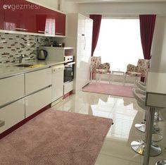 Mehtap hanımın fazla eşya kullanımından kaçınılarak ferah bir görünüm elde edilmiş, sıcak renklerle döşenmiş evinin misafiriyiz..  Keyifli bir yaşam alanı oluşturan ev sahibimiz, özellikle mutfağınd...