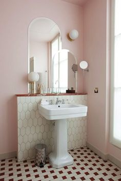 - Classic bathroom style has been widely used for decades. There are a lot of families who like designing a classic bathroom - this style is not out of . Pastel Bathroom, Small Bathroom, Bathroom Ideas, Pink Bathrooms, Pink Bathroom Vintage, Paris Bathroom, Art Deco Bathroom, Dream Bathrooms, Pink Modern Bathrooms