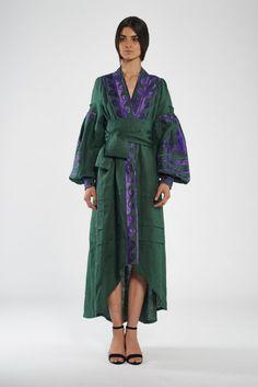 Green linen caftan with embroidery violet  horses на кнопках с поясом