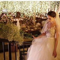 Noiva linda + luzinhas = suspiros!  Adoramos essa foto que vimos no Insta  @diariodanoiva_ba  #euqueromecasar #dicas #noivas #bride #bridetobe #noivadoano