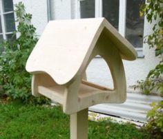 großes Vogelfutterhaus, Vogelhaus, Futterhaus, F3 für 27.90 EUR schönes handgefertigtes großes Futterhaus 100% Handarbeit Aus 18 mm unbehandeltem Fichtenleimholz. Sie können die Häuser mit Acrylfarbe oder wasserfester Farbe anmalen oder einfach nur mit Holzschutzlasur einlassen. Futterfläche beträgt ca. 21 x 26 cm Alle Schrauben sind versenkt. Kanten sind abgerundet. Ständer gehört nicht dazu. Maße mit Dach: Höhe: ca. 30 cm Breite: ca. 33 cm Tiefe ca. 3...