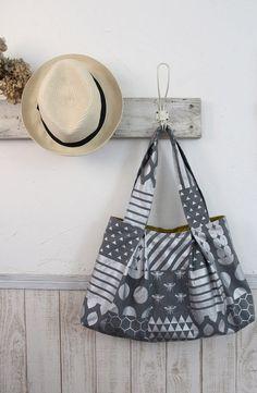 Tuck Tote by Yuki Inomata in Echino fabrics. Found on Kokka's website. Echino, Japanese Bag, Carpet Bag, Diy Handbag, Fabric Bags, Handmade Bags, Fabric Crafts, Sewing Crafts, Fabric Design