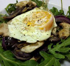 Hoy te proponemos una idea rápida para comer, una ensalada de huevo frita, champiñones y rúcula. Varia tus ensaladas para no cansar en casa. Huevos Fritos, Eggs, Breakfast, Ethnic Recipes, Food, Gourmet, Home, Egg Salad, Egg Recipes