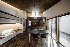 紀州街道沿いの家・堺 デッキテラスのあるLDKの風景|重量木骨の家 選ばれた工務店と建てる木造注文住宅