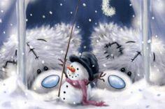 Tatty Teddys bewundern ihren selbst gebauten Schneemann. Och ist er schön geworden!