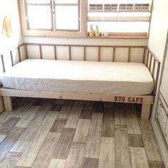 狭い部屋に占領されたベッド 少しでも広く使いたいから短いベッド作りました。