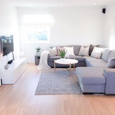 Simple living room style Chic look Living Room Designs chic Living Room simple style Simple Living Room, Beautiful Living Rooms, Small Living Rooms, Living Room Designs, Modern Living, Living Spaces, Living Area, Minimalist Living, Living Room Ideas With Grey Couch