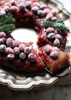 This Cranberry Buttermilk Upside Down Cake is a perfect Christmas dessert. Cranberries seem to be the unofficial fruit of winter, and when added to an easy cake recipe like this, they become even more delicious. Noel Christmas, Christmas Desserts, Christmas Cakes, Christmas Colors, 1950s Christmas, Holiday Cakes, Christmas Themes, Holiday Parties, Cranberry Recipes