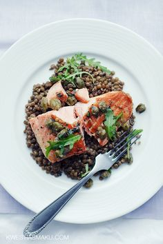 Salmon with lentils Fish And Seafood, Japchae, Salmon Burgers, Lentils, Healthy Eating, Dinner, Ethnic Recipes, Kitchen, Diet
