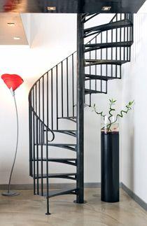 Escalier métallique en colimaçon standard au style sobre et industriel : SPIR'DÉCO® Kit - Finition acier brut patiné. Fabrication : ESCALIERS DÉCORS®.