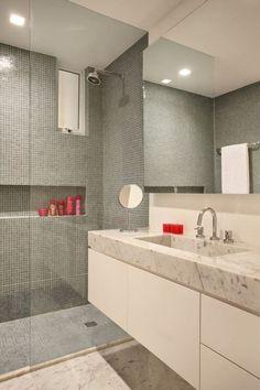 Em busca de ideias para decorar banheiros com pastilhas de vidro? Então saiba que há muitas formas de trabalhar com esse tipo de material na estética do ambiente. Pequenas e coloridas, as partilhas podem revestir uma parede toda ou aparecer apenas nos detalhes.