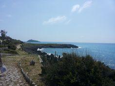 Vialetto in pietra per passeggiare a ridosso della scogliera di Cirella (CS)