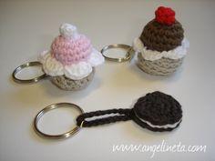Llaveros amigurumis cupcakes y oreo. ¡ Para matar el gusanillo ! Tejidos con algodón. Crochet Keychain, Crochet Earrings, Crochet Cake, Patron Crochet, Beaded Boxes, Crochet Accessories, Crochet Flowers, Crochet Projects, Diy And Crafts