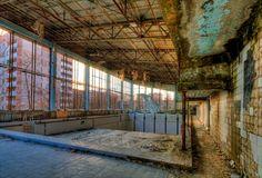 Pripyat, Ucraina abbandonata dopo  Chernobyl. Fatiscente e ferma all'epoca della dominazione sovietica, l'unico suono che è possibile ascoltare quando si attraversano le sue strade è quello delle foglie sui pavimenti dei condomini abbandonati. Il governo finanzia oggi tour di tutta la zona, comprensivo anche di visita al reattore nucleare responsabile della catastrofe. Nonostante i livelli di radiazione siano alti, visitare Pripyat è stato dichiarato sicuro.