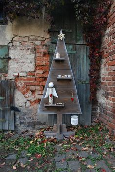 Dřevěný+(vánoční)+strom+001+Dřevěný+(vánoční)+strom+z+prken.+Volně+stojící+se+dřevěným+stojánkem,+který+je+součástí+stromku.+Napuštěn+hnědým+mořidlem+a+opatřen+jemnou+bílou+patinou.+Osazen+třemi+poličkami+a+sedmi+dřevěnými+háčky+pro+zavěšení+ozdob.+Vhodný+jako+vánoční,+ale+i+celoroční+dekorace.+Dekorace+nejsou+součástí+výrobku,+ale+většina+z+nich...