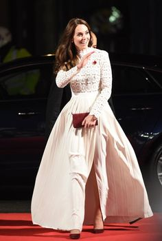 The Duchess debuts a new frock that is as stylish as it is cost-effective. Off White Dresses, Blush Dresses, White Gowns, Sexy Dresses, Beautiful Dresses, Royal Fashion, White Fashion, William And Kate Kids, New Frock