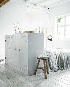 Een bed-achterwand hoeft niet per se tegen de muur te staan, je kunt hem ook multifunctioneel inzetten als tussenwand in de kamer.