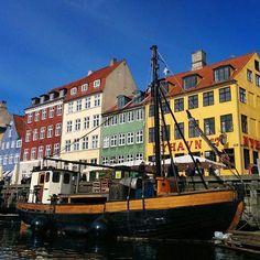 """""""Ich wünsche Euch einen guten Start in die neue Woche mit einem Bild aus Kopenhagen. Ein Städtetrip übers Wochenende lohnt sich. Eine süße kleine Stadt am Wasser und es gibt viel zu entdecken! #copenhagen #citytrip #københavn #neverstopexploring #travel #travelblogger #traveltips #colourful #architecture #harbour #bluesky #blog #travelphotography #traveltheworld #explore #expedition #danmark #igersgermany #welltraveled #wanderlust #beautifuldestinations #summer #städtetrip #city…"""