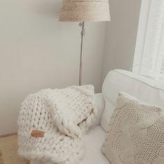 JOETJZ PLAID XXL KNIT Handgemaakte stoere plaid van JOETJZ dikke wol! Wel 4-5 cm dikke draad superzacht merinowol. In verschillende maten verkrijgbaar vanaf 140 euro. Voor meer info: huisjestylen@gmail.com