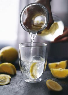 Drinking hot water with lemon– also known as a camarillo— is an age-old health tip. Hot lemon water is detoxifying and anti-microbial, and it a Lemon Water Benefits, Lemon Health Benefits, Water Recipes, Detox Recipes, Drinking Hot Lemon Water, Drinking Hot Water Benefits, Lemon Water In The Morning, Water With Lemon, Chocolate Cafe