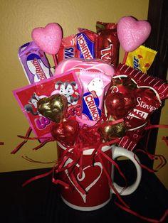 Valentine Candy Bouquet Ideas 16 El Día de Santo Valentín se c Candy Boquets, Candy Bouquet Diy, Valentine Bouquet, Gift Bouquet, Valentines Day Baskets, Valentines Mugs, Valentines Day Decorations, Valentine Day Crafts, Candy Gift Baskets