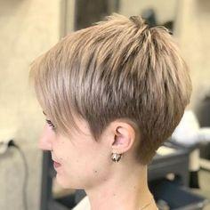 kurze Frisuren - Short Piecey Blonde Pixie With Bangs Latest Short Hairstyles, Short Layered Haircuts, Haircuts With Bangs, Straight Hairstyles, Hairstyles 2018, Haircut Short, Undercut Pixie Haircut, Ladies Hairstyles, Short Bangs