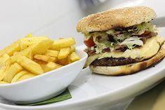 Hamburguesas 007: Carne de angus y buey (250 gr.), huevo frito, bacón, pepinillo, cebolla caramelizada, crema de queso azul, tomate, lechuga y salsa BBQ.