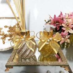 #Difusor #DifusorDeVaretas #difusoresdeambiente #difusorpersonalizado #sabonete… Glamour Decor, Flower Letters, Wine Bottle Crafts, Centre Pieces, Crafts To Make, Paper Flowers, Wedding Gifts, Projects To Try, Gift Wrapping