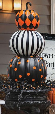 Halloween design pumpkin Put a designer spin on decorating with gourds. Our Halloween Stacked Pumpkins are both witty and stylish. Halloween Veranda, Casa Halloween, Holidays Halloween, Halloween Crafts, Happy Halloween, Halloween Nails, Halloween Makeup, Halloween Costumes, Pretty Halloween
