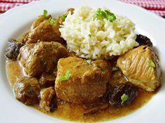 Na dno keramické nádoby pomalého hrnce dáme mražené a sušené hříbky, prolisovaný česnek, drcený kmín a rozdrobenou bujónovou kostku. Maso... Crockpot, Slow Cooker, Beef, Chicken, Ethnic Recipes, Food, Meat, Healthy Slow Cooker, Healthy Slow Cooker