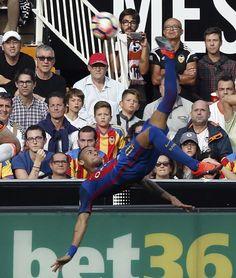 El delantero brasileño del FC Barcelona Neymar Jr. (d) remata el balón de chilena, durante el encuentro.