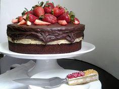 Naked cake de chocolate com recheio de brigadeiro de amêndoas e cobertura de ganache de chocolate meio amargo e morangos