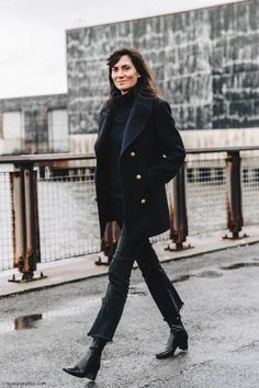 Winter chic of Emmanuelle Alt in navy and black New York Fashion, Fashion Week, Look Fashion, Winter Fashion, Fashion Outfits, Emmanuelle Alt Style, Street Style Chic, Style Parisienne, Mode Jeans