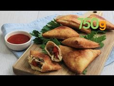 Recette des samoussas boeuf et poivrons - 750g - YouTube French Food, Fresh Rolls, Brunch, French Recipes, Ethnic Recipes, Bell Pepper, Dish, Food, Recipes