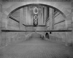 """Shorpy Historical Photo Archive :: Grand Central: New York circa """"Incline from subway to suburban concourse, Grand Central Terminal."""" glass negative, Detroit Publishing Co. Old Pictures, Old Photos, Vintage Photos, Nice Photos, Vintage Photographs, Amazing Architecture, Art And Architecture, Shorpy Historical Photos, New York Subway"""