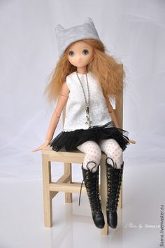 Купить или заказать OOAK шарнирная кукла 'Черное и белое' в интернет-магазине на Ярмарке Мастеров. Гибридная кукла OOAK Гибрид: тело Azone L + голова parabox, мейк мой акриловые краски + карандаши. В комплекте: кукла, парик (снимается), одежда мой хендмейд (шапка, белый топ, черная юбка, колготки), черные сапоги (Корея), украшение на шею. Рост куклы около 30 см.