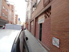 Excelente oportunidad de local comercial en Madrid en el Barrio de Usera, local en brutosin reformar con 82 m2.  Financiación 100%, sin comisión de agencia.