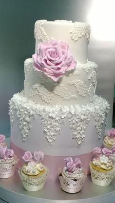 Esta tarta blanca de fondant es perfecta para bodas y comuniones de niñas.  #tarta #fondant #blanca #recetas #bodas #comuniones