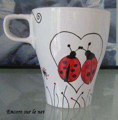 BECHER UND KOCCINALSTOFF Painted Coffee Mugs, Hand Painted Mugs, Painted Cups, Pottery Painting Designs, Paint Designs, Mug Designs, Sharpie Projects, Sharpie Crafts, China Painting