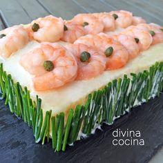 Este pastel de marisco con pan de molde es un plato muy festivo que se prepara con ingredientes sencillos y sin complicaciones.
