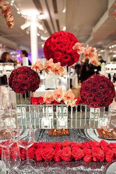 Centre de table mariage boule de fleur rouge Conseils pour préparer son mariage avec http://yesidomariage.com