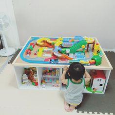 女性で、2LDKのプラレール/こどもと暮らすインテリア/こどものいる暮らし/こどもと暮らす。/DIY初心者…などについてのインテリア実例を紹介。「プレイテーブル完成♡」(この写真は 2017-08-22 23:04:32 に共有されました) Kids Play Table, Cardboard Playhouse, Playroom Design, Activity Toys, Kids Storage, Baby Games, Kid Spaces, Diy Toys, Cool Baby Stuff