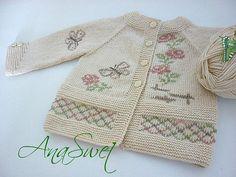 Cardigan bébé avec des fleurs et papillons tricotés à la